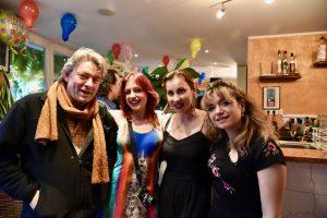 Kellnerinnen mit Freunden des Ristorante Canal Grande