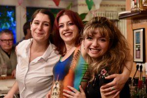 Kellnerinnen beim Feiern für 20 Jahre Canal Grande
