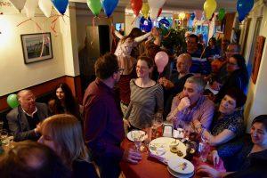 Das Bistro ist voll und alle feiern