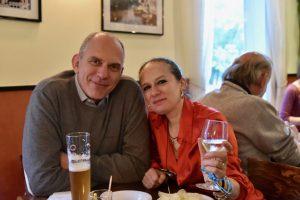 Inhaberin Rossella Pizzato mit Gast auf der Jubiläumsfeier