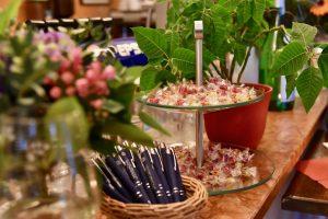 Süßigkeiten und Kugelschreiber auf der Theke des Ristorante Canal Grande