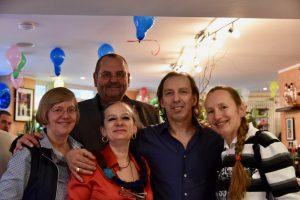 Inhaber Franco und Rossella Pizzato mit Freunden beim Jubiläum