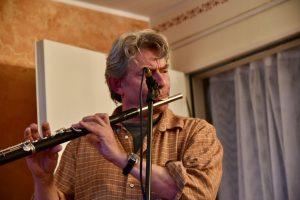 Mann spielt Querflöte zur 20 Jahre Feier