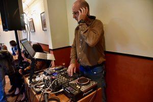 DJ macht Live Musik zur Feier des Jubiläums im Ristorante Canal Grande